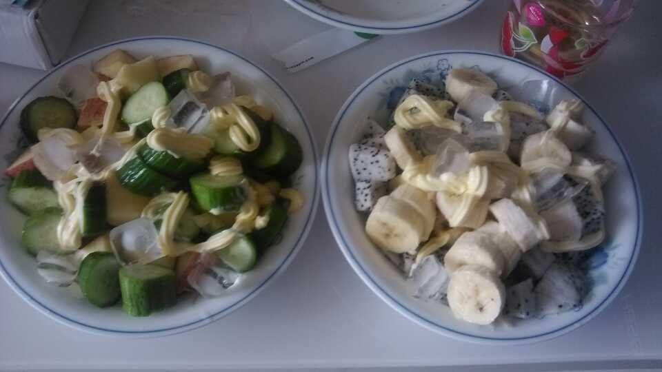 哈哈,蔬菜沙拉和水果沙拉!