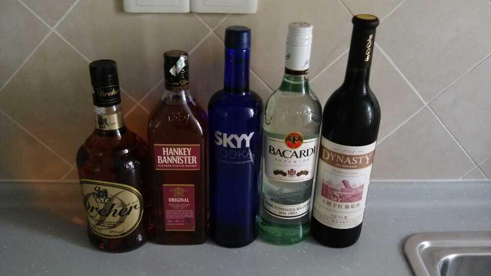 酒到位!分别是威士忌、白兰地、伏特加、...