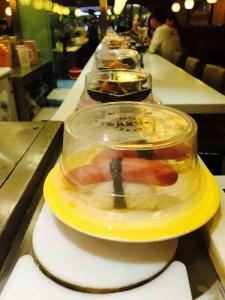 日本回转寿司,芥末要找服务员拿味重的那种!
