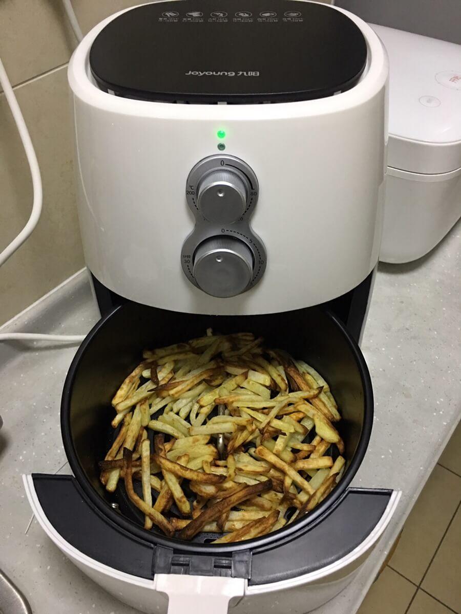 空气炸锅炸薯条,油没拌到的有点焦……