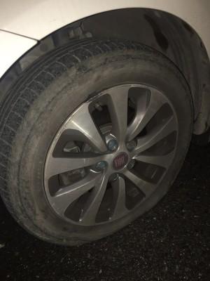 被坑给坑了,轮胎爆了。