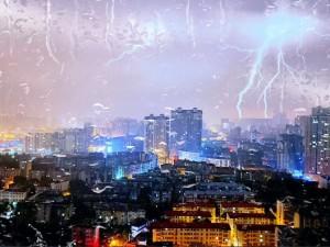 电闪雷鸣,风雨交加。隔窗眺望,侧耳倾听。