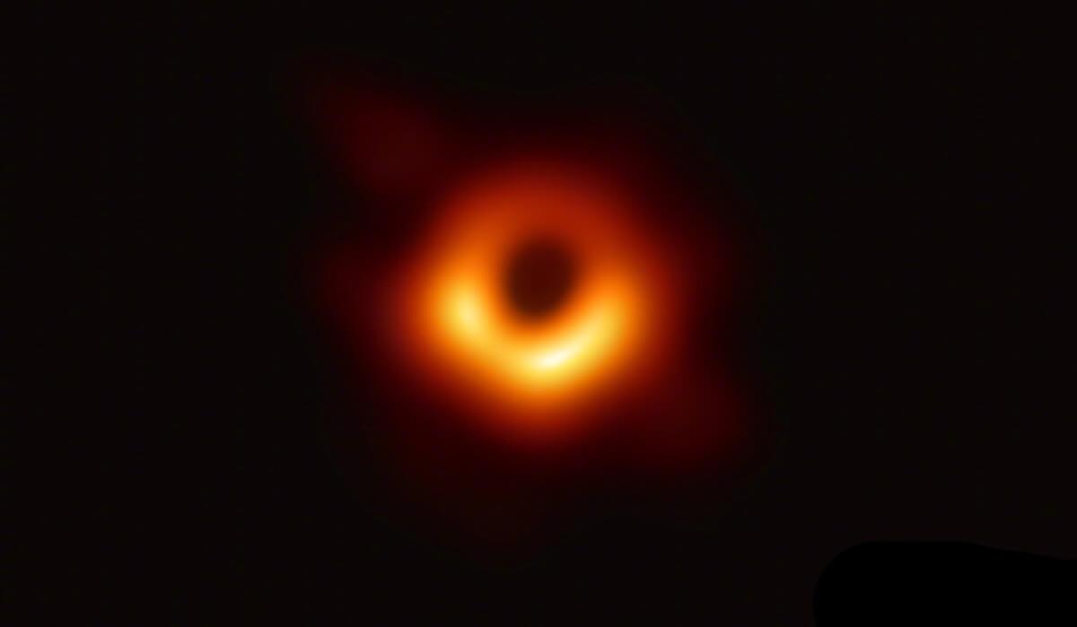全球首张黑洞照片公布,证实爱因斯坦广义相对论的预言