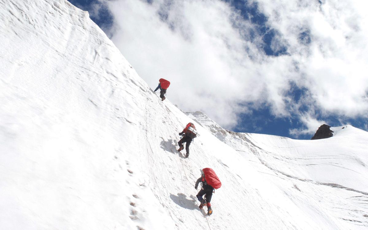 冷不冷?想想珠峰攀登者!