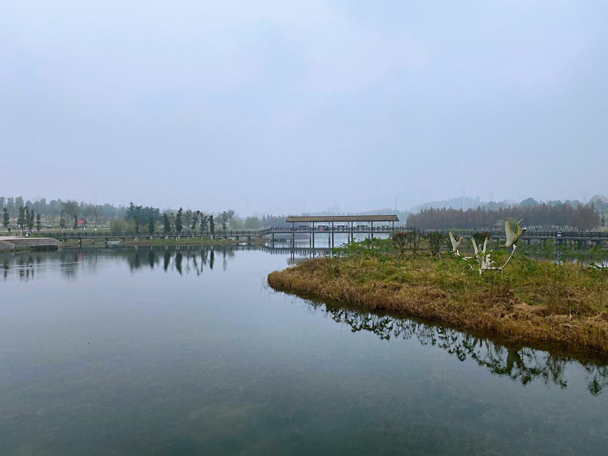 风萧萧,雾蒙蒙,松雅湖,景迷人。