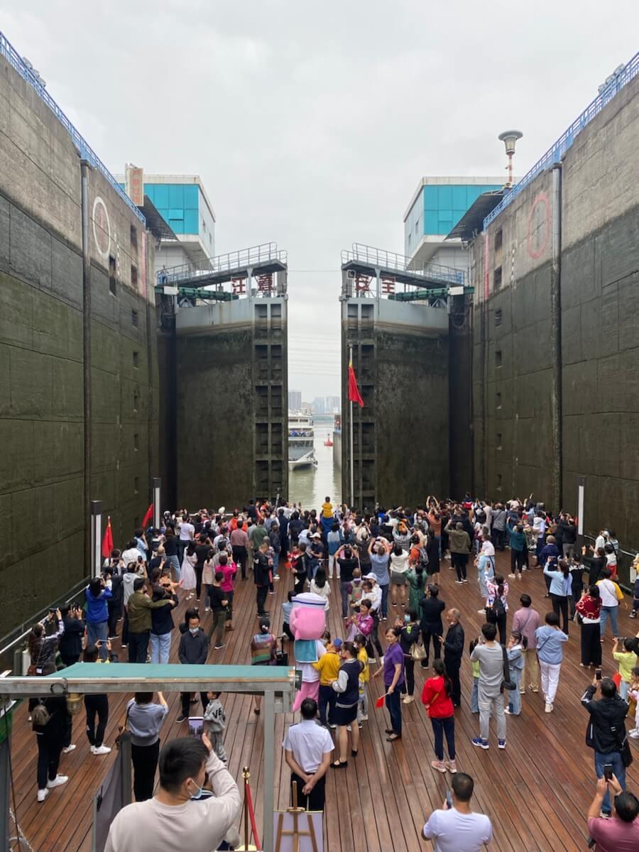 长江游轮逆水而上,葛洲大坝水涨船高。